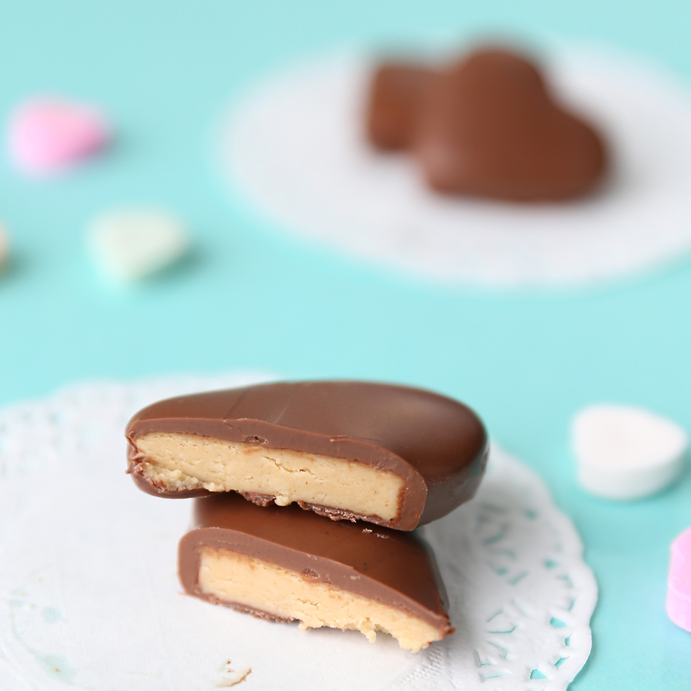 Peanut butter and chocolate hearts for Valentine's Day! These taste just like Reese's peanut butter hearts, but you can make them at home with just 4 ingredients. Easy Valentine's day treat.
