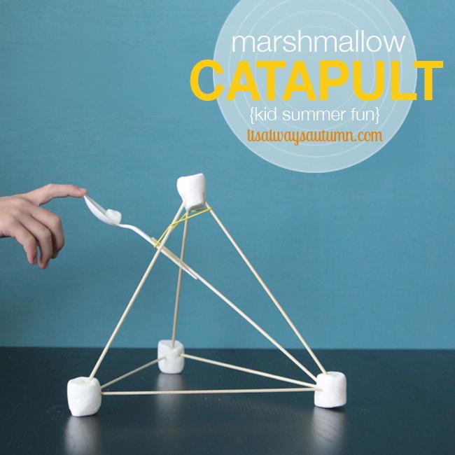 Una catapulta creada con palitos, marsmelos y una cucharilla de plático.