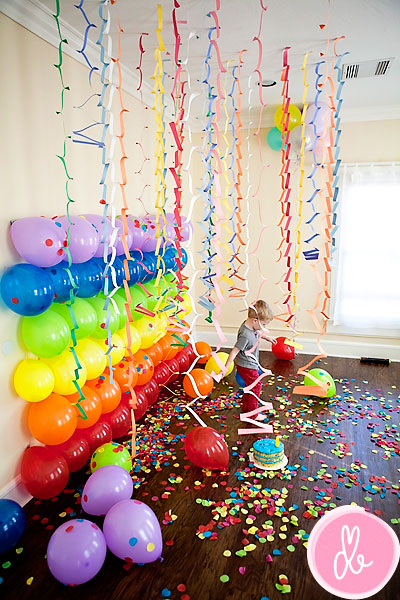 20 genius diy backdrops you can make for just a few dollars its balloons as diy photo backdrop solutioingenieria Choice Image