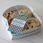 easy paper plate basket for muffins + printable tags