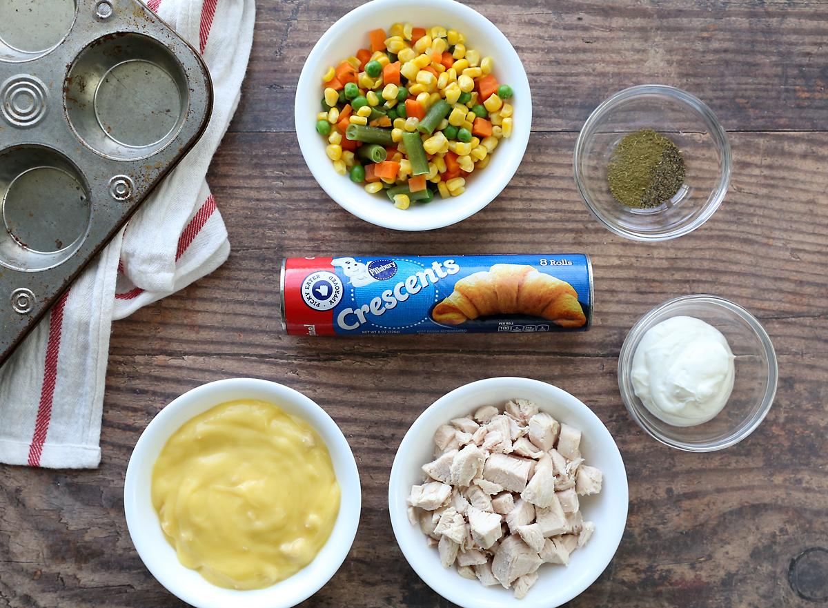 Mini chicken pot pie ingredients: crescent rolls, cream of chicken soup, chicken, sour cream, vegetables, seasoning