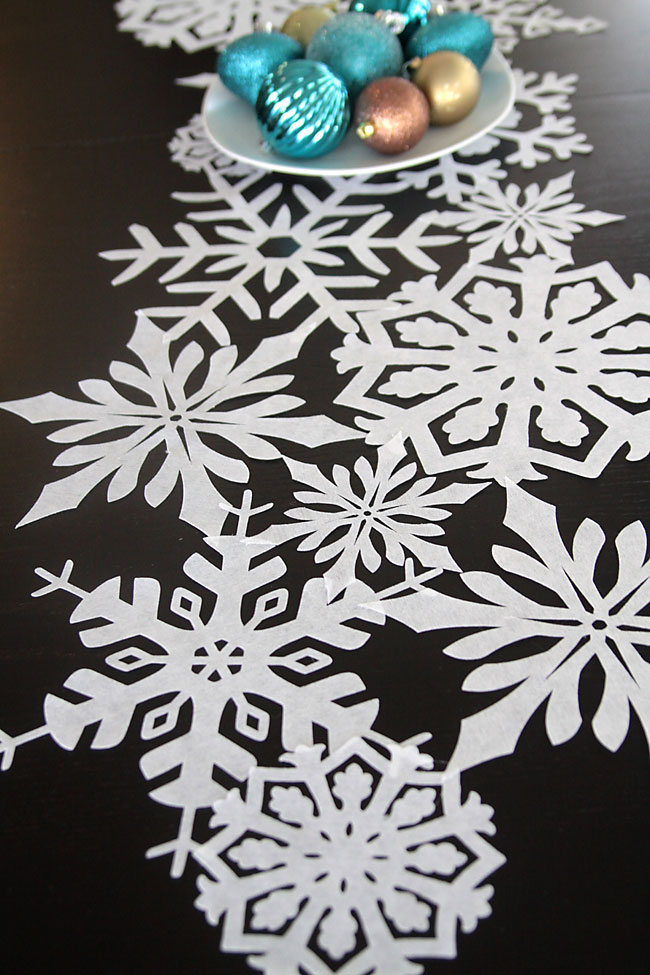 Love This Beautiful Snowflake Table Runner DIY! Looks Super Intricate, But  Itu0027s Actually Very