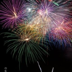 http://www.itsalwaysautumn.com/wp-content/uploads/2015/06/how-to-take-fireworks-photos-beginner-tips-photography-great-4th-july-sparklers-7-300x300.jpg