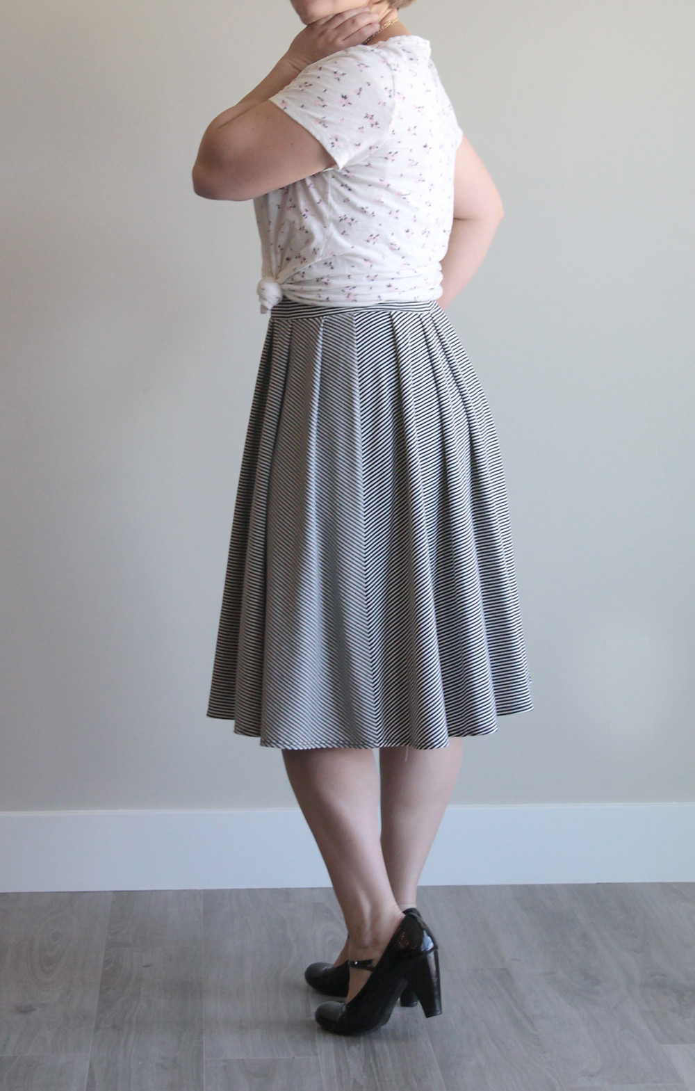 e9af3537e3 Easy pleated midi skirt sewing tutorial. This is made with knit fabric and  an elastic
