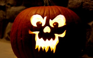 3 easy tips to help you get great photos of your carved pumpkins this Halloween. How to take amazing jack-o-lantern photographs.