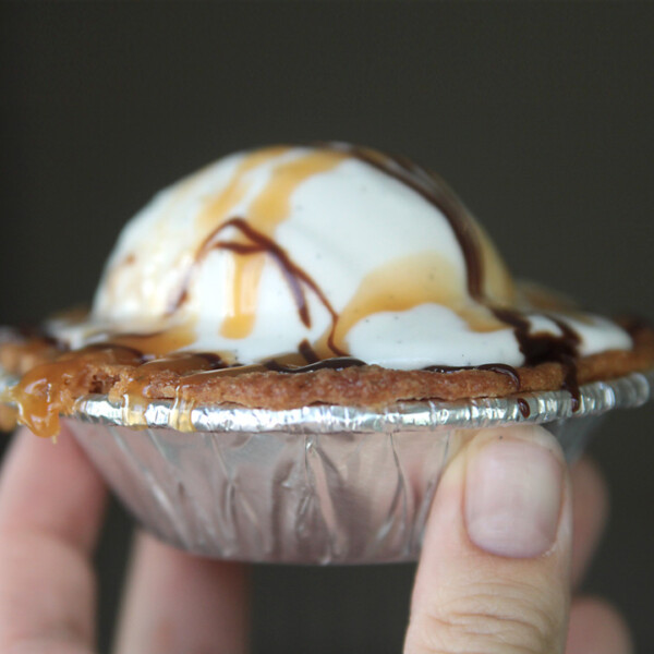 Delicious (and adorable!) mini cookie pies: this is the perfect easy recipe for Thanksgiving, Christmas, or any day!