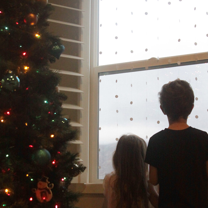 make it look like it's snowing outside! easy kids' craft