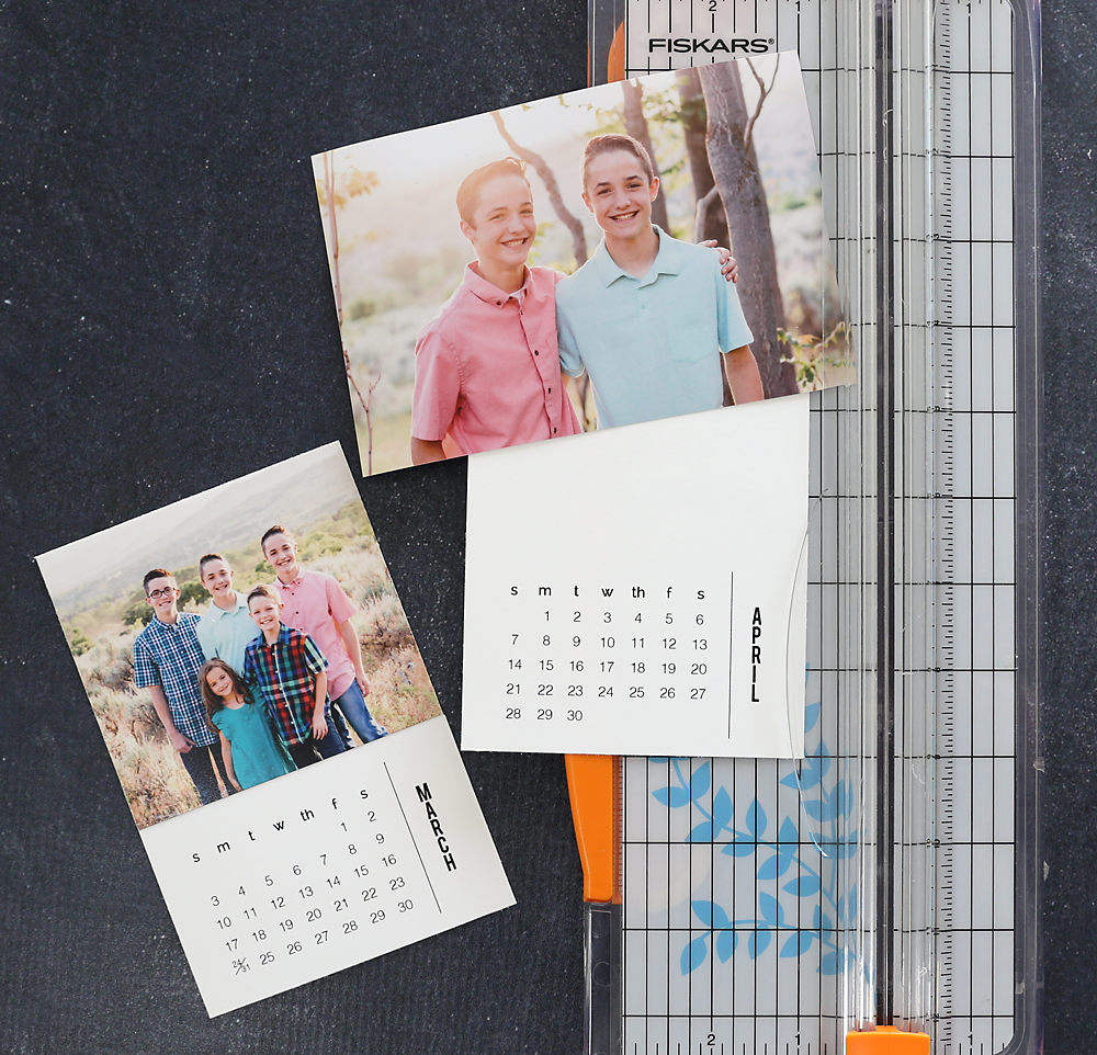 This personalized mini calendar makes a gorgeous gift! It's easy and inexpensive to make. Click through for the free printable pages.