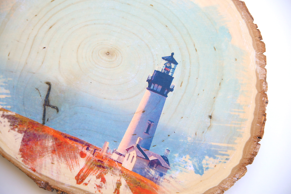 Very cool! Learn how to transfer a photo to a wood slice for a cool DIY home decor piece. Great handmade gift idea, too!