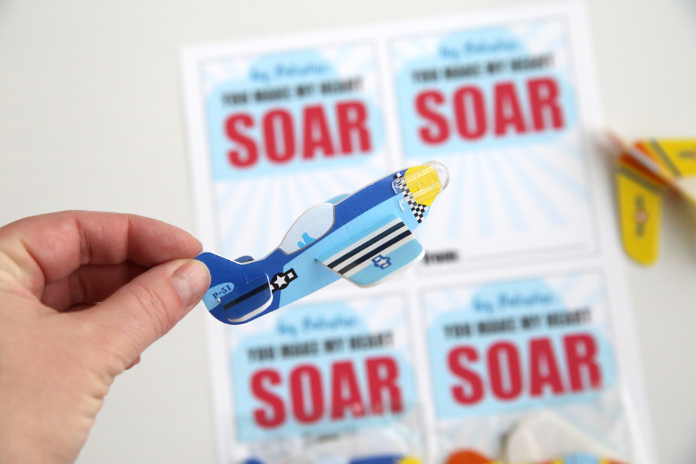 Cute DIY Valentine's Day card with mini airplanes / gliders. Perfect for boys! Free printable Valentine card. Easy & cheap idea - enough for two classrooms of kids for under $10!