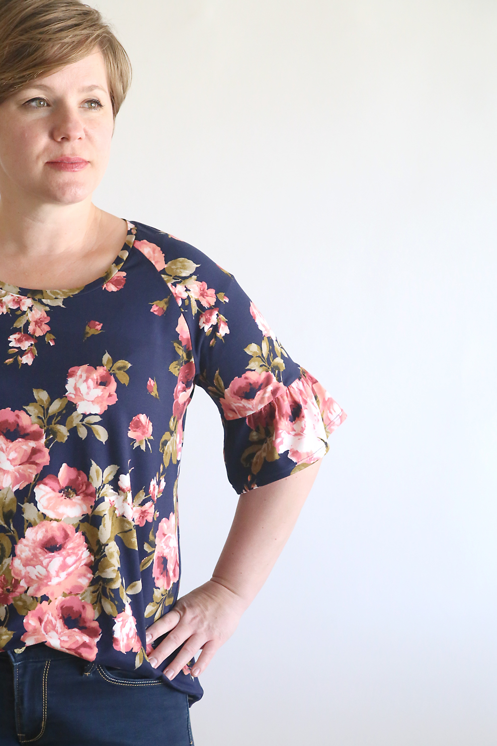 Click through for the free PDF sewing pattern for this pretty ruffle sleeve raglan tee shirt in women's size large. Free women's sewing patterns. How to sew a tee. Easy sewing tutorial.