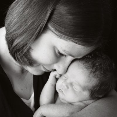 How to pose a newborn with family members {newborn photography pt. 3}