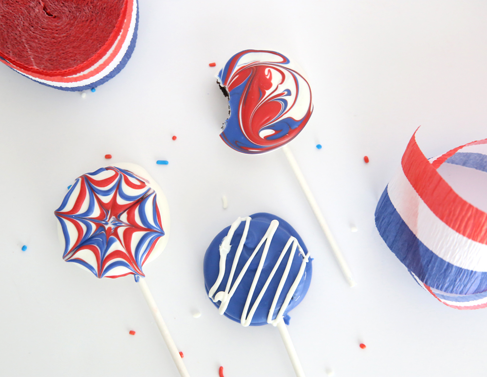 Red, white, and blue Oreo pops - easy treat for July Fourth! Fun and easy dessert for the 4th of July, simple enough that kids can make! Patriotic dessert.