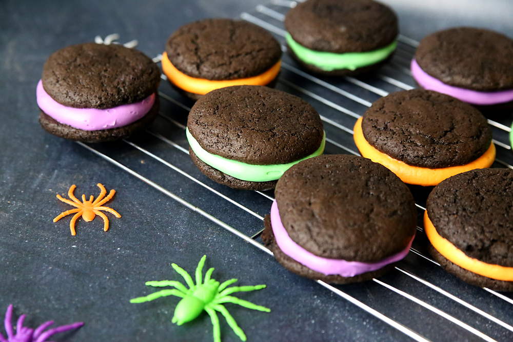 Easy and yummy Halloween whoopie pies recipe! Fun Halloween cookies.