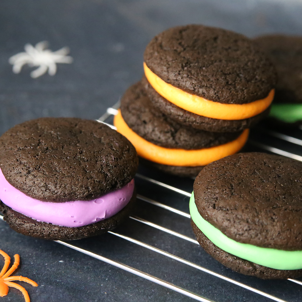 Halloween whoopie pies {soft chocolate sandwich cookies}