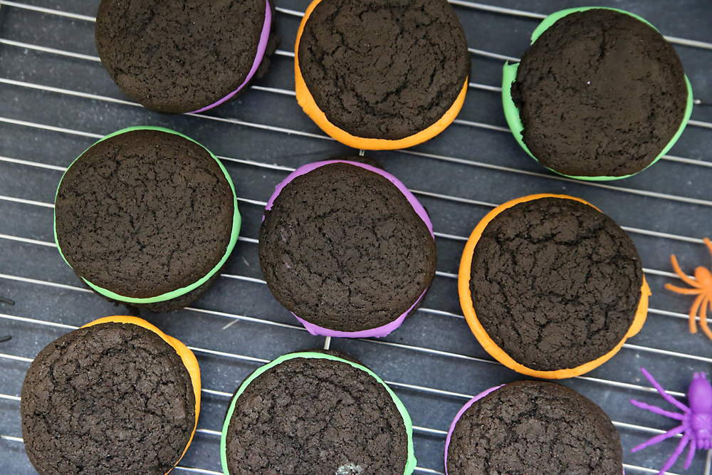 Easy and yummy Halloween whoopie pies recipe! Fun Halloween cookies.