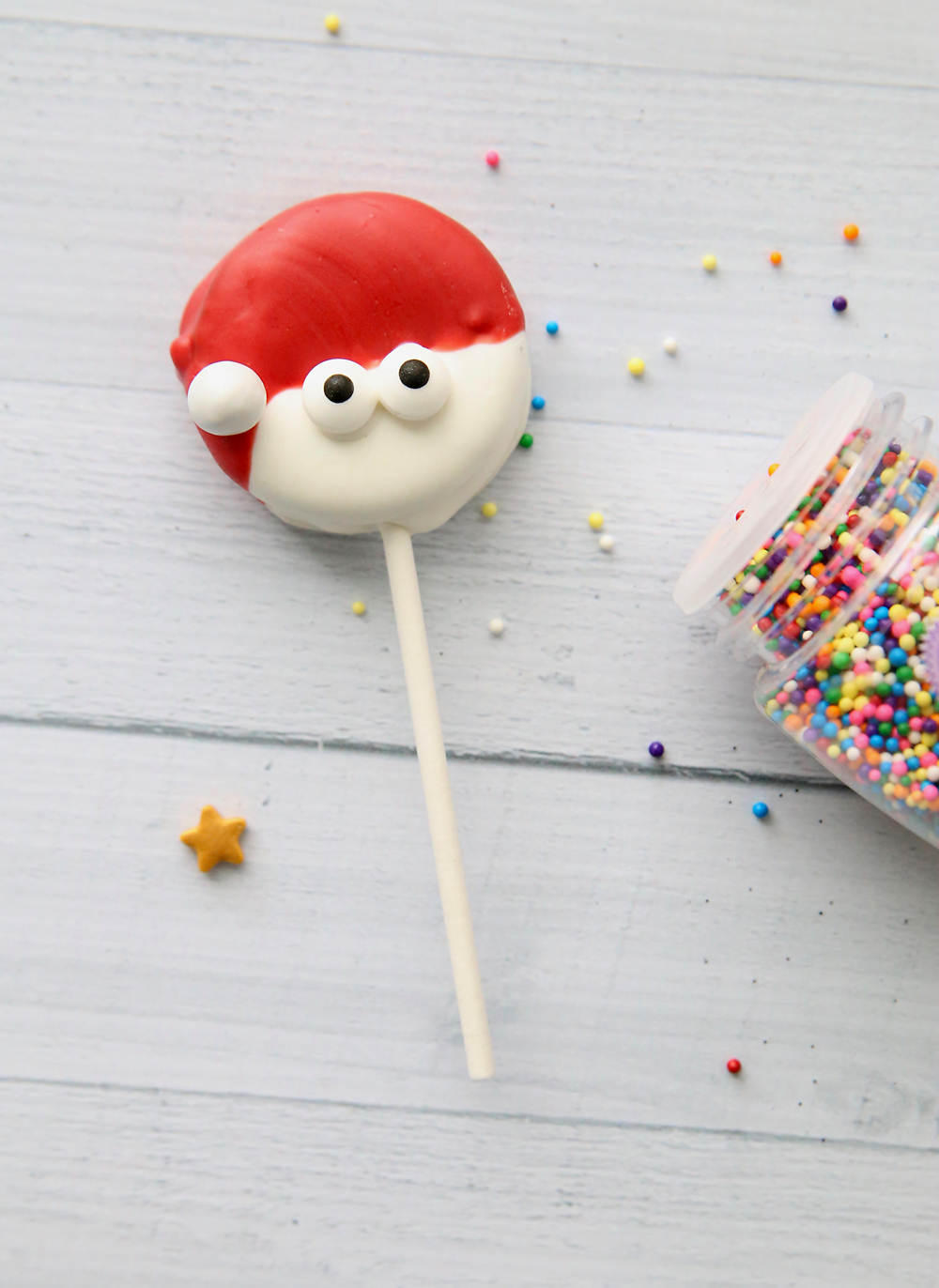 Christmas OREO pops are super cute and super easy! Fun Christmas treat to make with kids.
