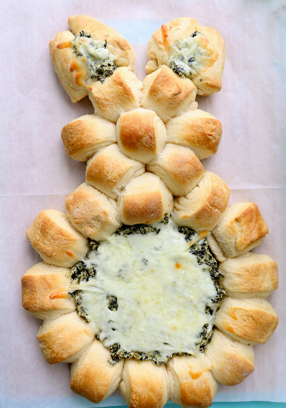 Easter Bunny spinach dip | This super easy Easter appetizer is made with refrigerated crescent dough and creamy homemade spinach dip.