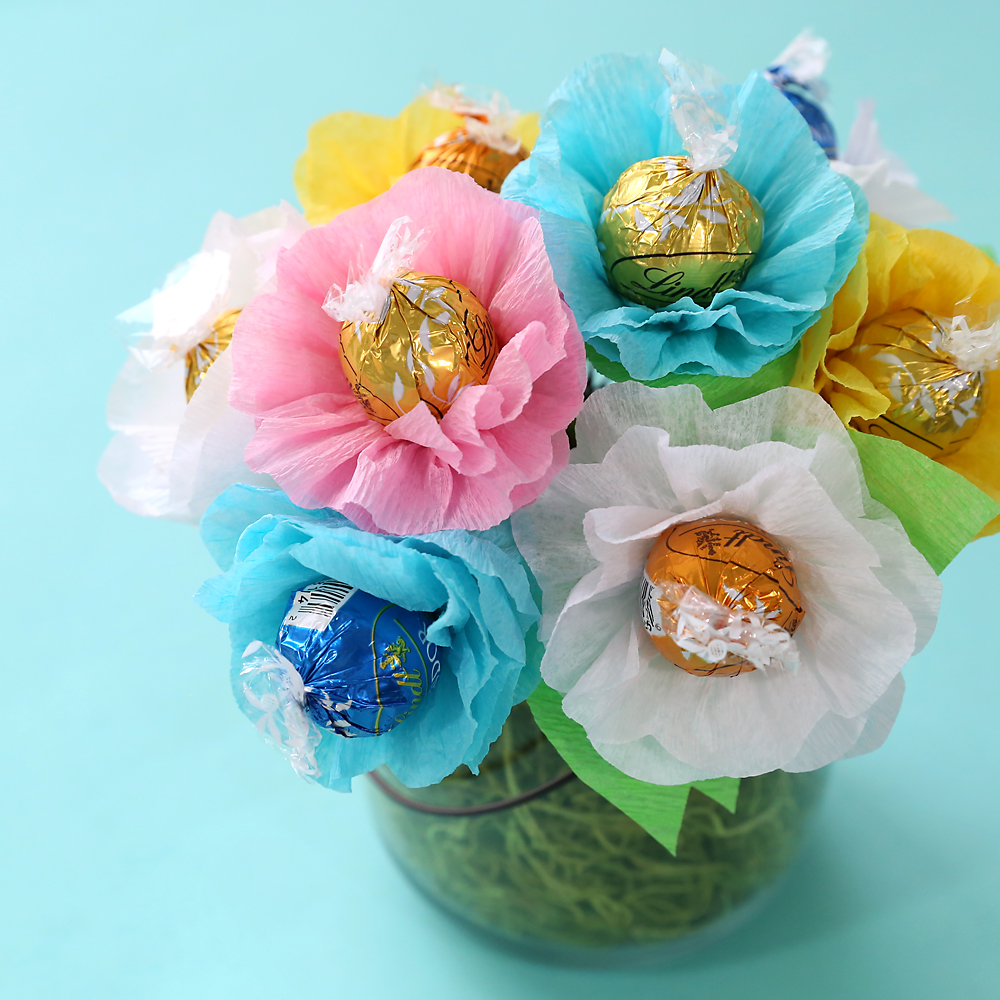 Learn how to make a pretty candy bouquet full of chocolate flowers! Perfect DIY Mother's Day gift idea | DIY Teacher appreciation gift idea.