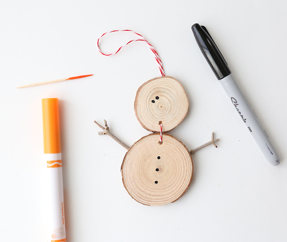 These little DIY snowman ornaments are adorable! Plus they're super easy to make - they would be fun to make with your kids! DIY snowman ornament.
