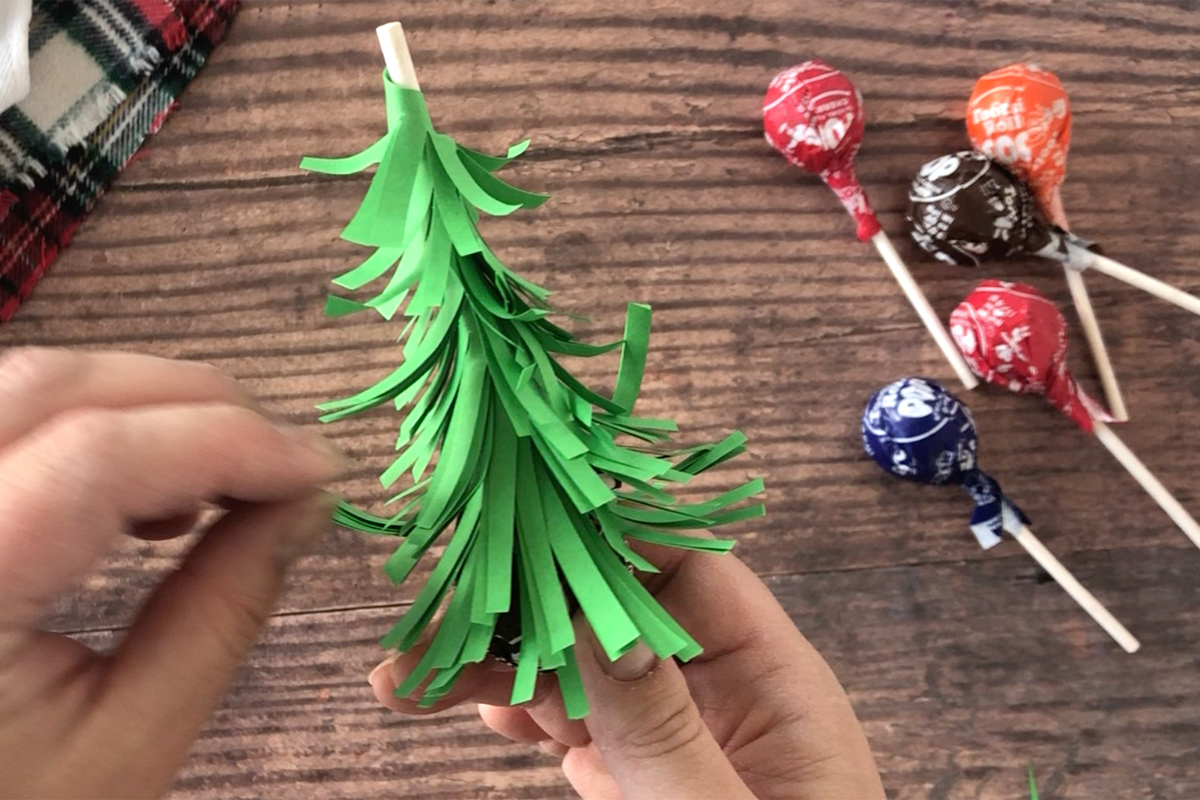 How to make Christmas tree sucker: fluff up paper branches